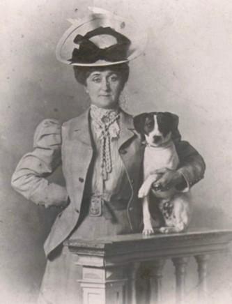 Portrait de la mère d'Apollinaire, Madame de Kostrowitzky, s. d. En agrandissement, Guillaume Apollinaire en premier communiant, 1891, Paris, Bibliothèque littéraire Jacques Doucet.