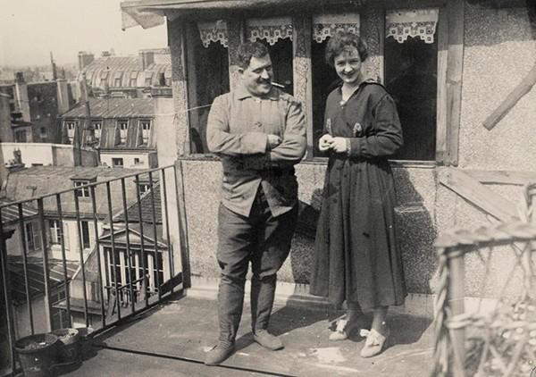 Guillaume Apollinaire et sa femme Jacqueline Kolb sur la terrasse du «pigeonnier», s. d., Archives Larbo.
