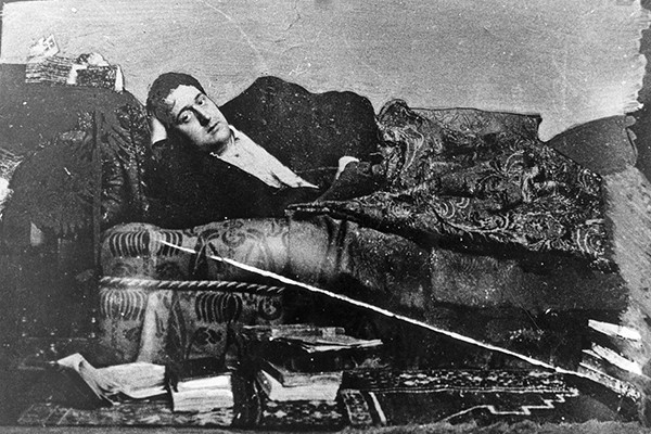 Eugène Montfort, Portrait de Guillaume Apollinaire travesti en Louise Lalanne, 1909, Paris, BnF. En agrandissement, photographie de l'appartement de Guillaume Apollinaire au 202 boulevard Saint-Germain (Paris), René-Jacques, 1952, Charenton-le-Pont, Médiathèque de l'Architecture et du Patrimoine.