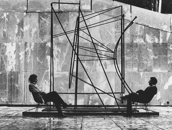 Monument à Guillaume Apollinaire au MoMA réalisé par Pablo Picasso. Devant, de gauche à droite, Philippe Sollers et Alain Kirili en 1977.