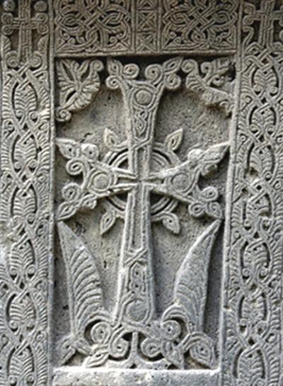 Croix khatchkar, vers le XIIIe siècle, Saint-Siège d'Etchmiadzine, Arménie. L'agrandissement est une illustration extraite de l'arbre de Jessé, Lectionnaire grec et latin du cardinal Charles de Bourbon, XVe siècle, Paris, BnF.