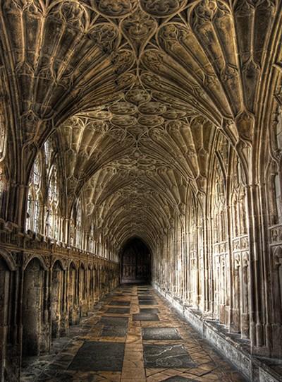 Cathédrale de Gloucester, Cloître gothique. L'agrandissement dévoile l'intérieur de la Sagrada Familia à Barcelone au XXIe siècle, photo G. Grégor. Son édification débuta en 1882.