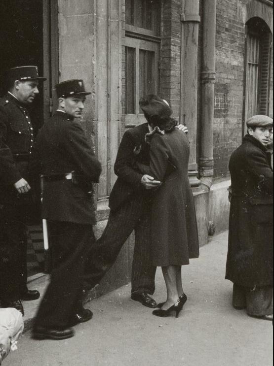 Banalité du mal. Un couple se sépare devant le stade Japy (Paris, XIe arrt, 14 mai 1941, rafle du billet vert, photo : Harry Croner, Mémorial de la Shoah)