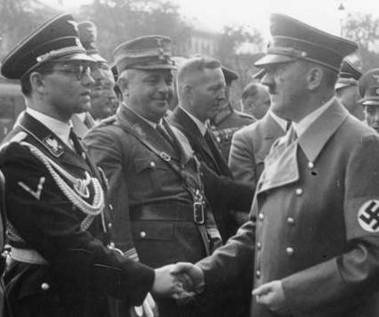 Boulher serrant la main d'Hitler en 1938. DR