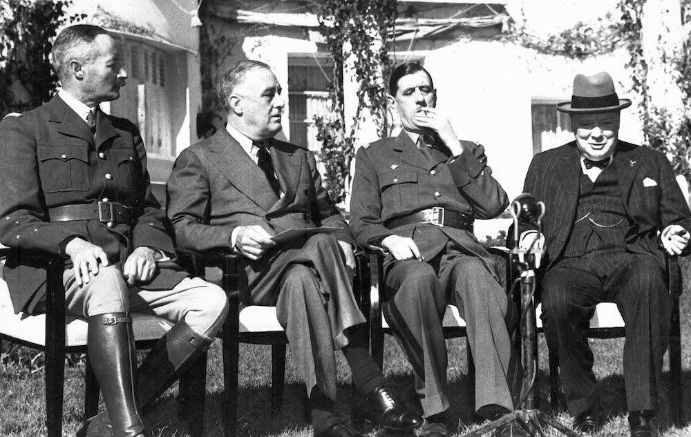 De gauche à droite, le général Giraud, le président Roosevelt, le général de Gaulle et le Premier ministre Churchill, dans les jardins de l'hôtel Anfa, à Casablanca (24 janvier 1943).