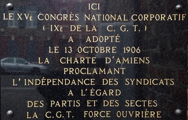 Plaque commémorant l'adoption de la charte d'Amiens, signée le 13 octobre 1906, à l'entrée de l'école de l'école publique du Faubourg de Noyon, rue Rigollot à Amiens.