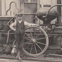 Un bouilleur de cru posant près de son alambic, DR.