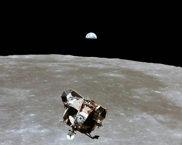 Le module lunaire d'Apollo XI avec les astronautes Neil Armstong et Buzz Aldrin à son bord, est photographié à partir du module de commande en orbite lunaire dans lequel est resté l'astronaute Michael Collins, Reuters, DR.