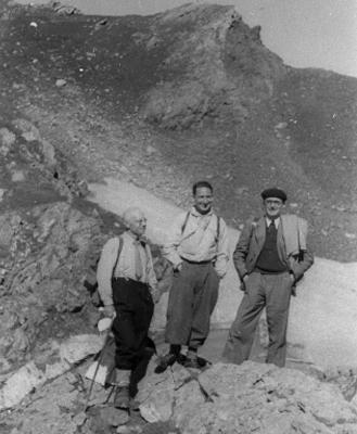 De gauche à droite : Alexandre Dauvillier, Adolphe Lutz, Etienne Vassy sur le site de l'Observatoire du Pic du midi. L'agrandissement est une photographie d'Etienne Vassy, seul, sur le Pic du Midi, 1943, archives, Médihal, DR.