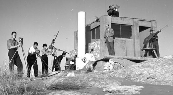Hammaguir, le 23 février 1960, l'équipe d'Étienne et Arlette Vassy, du Laboratoire de physique de la faculté des Sciences de Paris, avec ses instruments de mesure et d'observation, avant le lancement de la fusée Véronique. L'agrandissement montre la fusée Véronique avant son lancement, archives Médihal, DR.