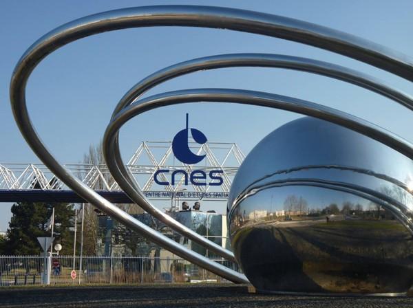 Le Centre spatial de Toulouse, fondé en mars 1968, est le fruit de la décentralisation voulu par le général de Gaulle. Le siège social du CNES fondé en 1961 se situe à Paris (Ier arr.) La Direction technique et scientifique (qui dirige les programmes spatiaux) s'installe au Centre spatial de Brétigny (CSB).