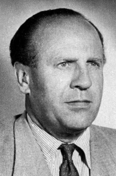 Oskar Schindler (1908-1974), propriétaire d'une usine de maillage qui a sauvé la vie de plus d'un millier de juifs pendant la Seconde Guerre mondiale.