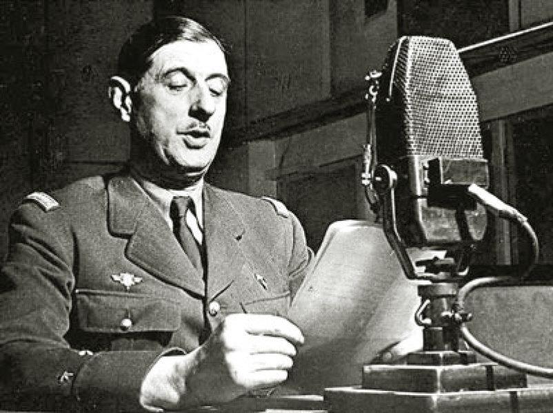 Charles de Gaulle au micro de la BBC, à Londres en 1940.