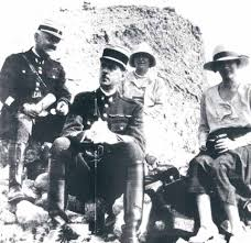 Le commandant Charles de Gaulle avec sa femme et des amis, à Beyrouth en 1929