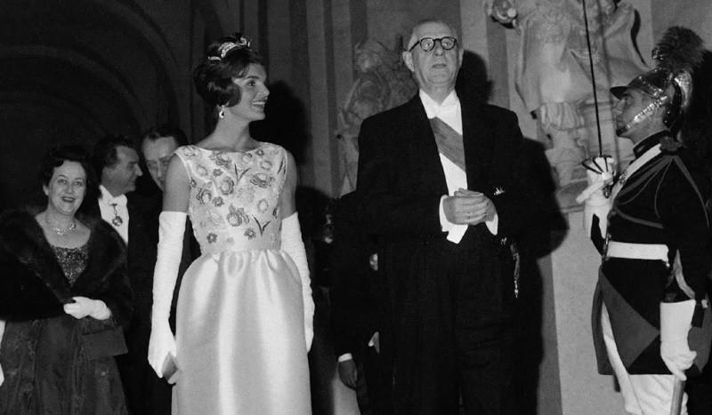 De Gaulle reçoit Jackie Kennedy au grand Trianon au printemps 1961 (on aperçoit derrière eux Mme de Gaulle et André Malraux