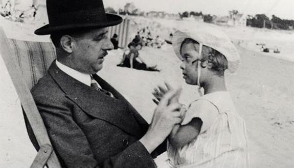 Charles de Gaulle et sa fille Anne dans les années 1930
