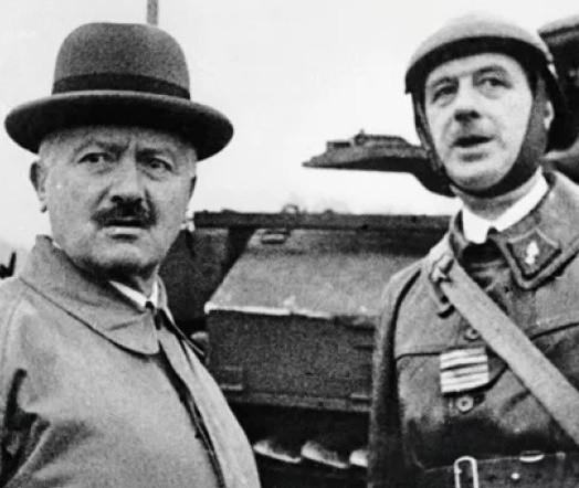 Le  23 octobre 1939, le président Albert Lebrun rend visite au colonel Charles de Gaulle qui commande une unité de chars au sein de la 5e Armée, à Goetzenbruck (Moselle).