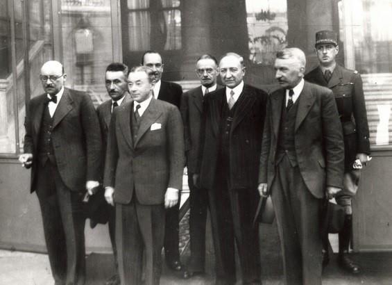 Paul Reynaud et son sous-secrétaire d'État à la Défense dans la cour du ministère de la Guerre, en juin 1940