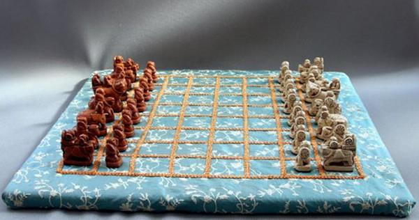 Αναδημιουργία του παιχνιδιού Afrasiab.  Αυτά τα κομμάτια ελεφαντόδοντου που βρέθηκαν στο Afrasiab, κοντά στο Samarkand, είναι τα παλαιότερα γνωστά πιόνια σκακιού.  Ανακαλύφθηκαν από τον αρχαιολόγο Jurif Burjakov το 1977, Ουζμπεκιστάν, Μουσείο Samarkand.