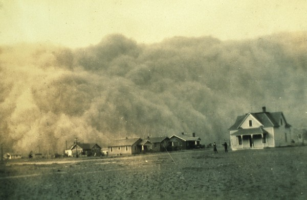 Tempête de poussière (dust bowl) approchant Stratford, Texas, 18 avril 1935. L'agrandissment montre une tempête de poussière à Rolla, Kansas, le 5 juin 1935, Washington, National Archives and Records Administration (NARA).