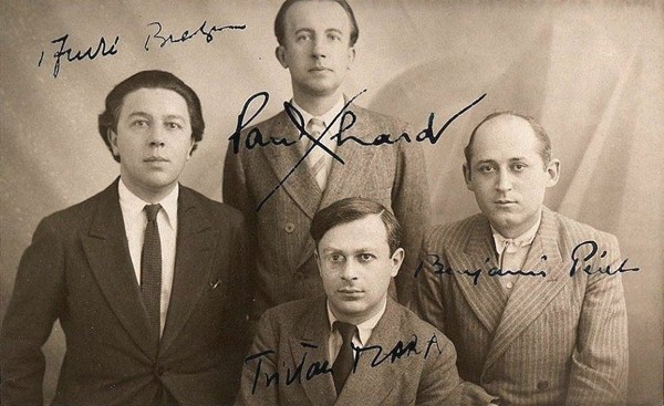 Photographie datée de 1922 tirée sur papier carte postale et signée par les quatre au recto : André Breton, Paul Éluard, Benjamin Péret et Tristan Tzara, Archives André Breton, DR.
