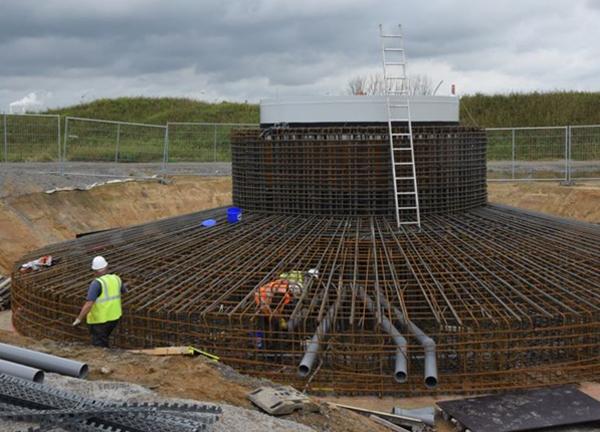 Armature du socle d'éolienne 50 tonnes, DR. L'agrandissement montre un socle en béton, environ 1300 tonnes de béton, DR.