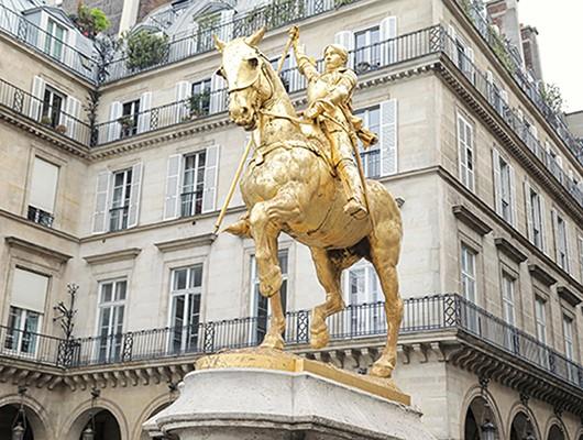 Marine Le Pen et Jordan Bardella déposent une gerbe de fleurs aux pieds de la statue de Jeanne d'Arc, 1er mai 2020, @rassemblementnational.fr