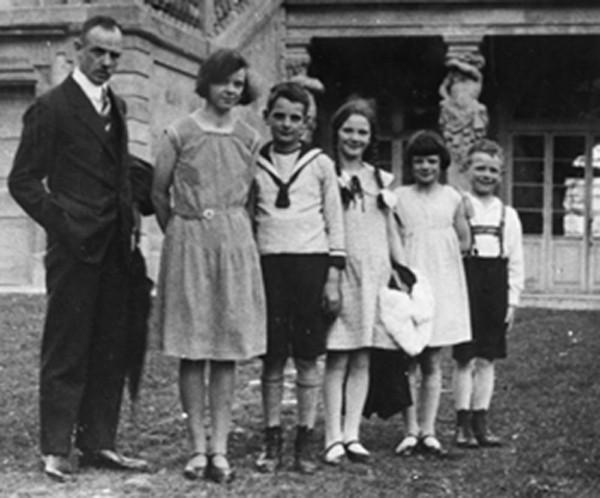 Robert et Magdalene Scholl avec leurs enfants (Hans, le troisième, et Sophie, cinquième, dans le sens de la lecture)