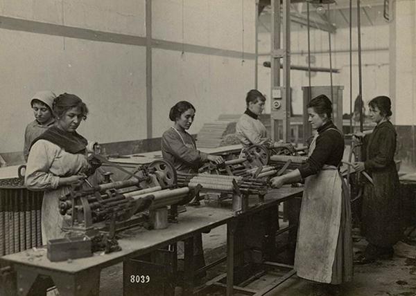 La fabrication de masques à gaz Michelin (1915), bibliothèque du Patrimoine de Clermont Auvergne Métropole.