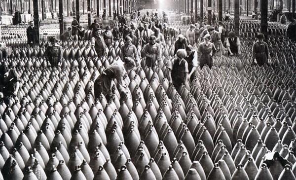 Munitionnettes fabricant des obus, Le travail des femmes autrefois, Roger Colombier, éd. l'Harmattan, 2012.