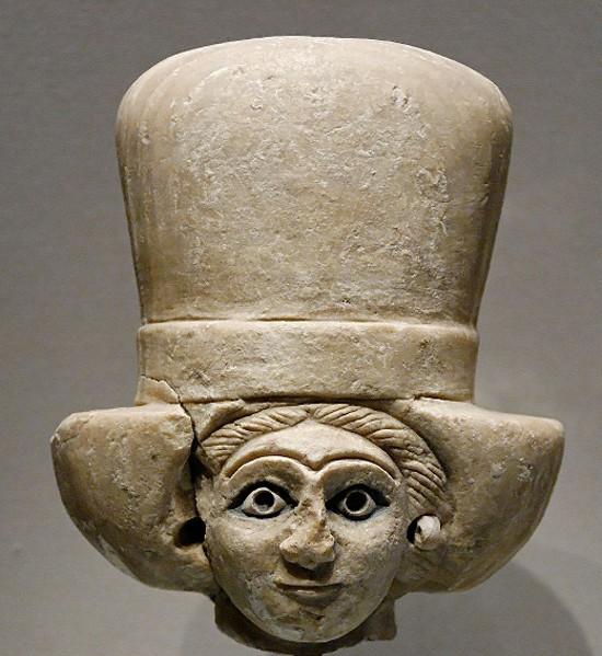 Tête de femme coiffée du polos, Ari, temple d'Ishtar, vers 2400 av. J.-C., Musée du Louvre, Paris.