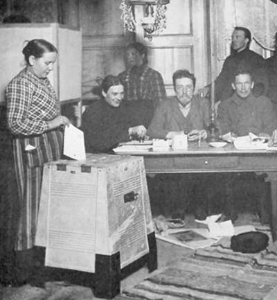 Les Finlandaises accèdent au droit de vote en 1906 et se déplacent pour le première fois aux urnes en 1907.
