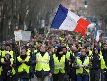 Les « gilets jaunes » marchent à Toulouse le 29 décembre 2018.
