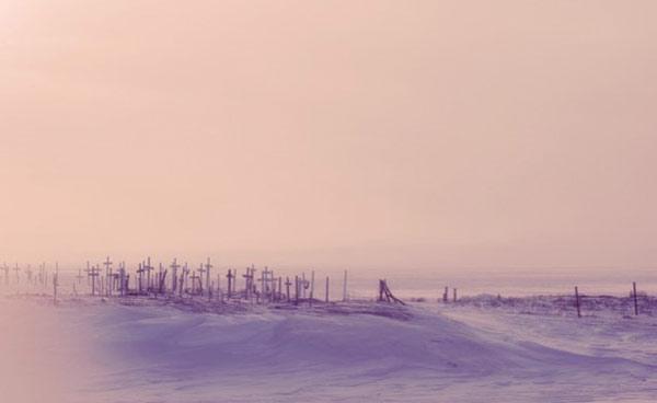 Site du charnier à Brevig Mission, en Alaska, où 72 des 80 habitants adultes du petit village ont été enterrés après avoir succombé au virus de la grippe en 1918, DR. L'agrandissement montre Johan Hultin (à gauche) et ses collègues universitaires lors de sa première tentative pour obtenir le virus de 1918 des corps de victimes enterrées dans du pergélisol  sur le site funéraire de la mission Brevig, 1951, @Johan Hultin, DR.