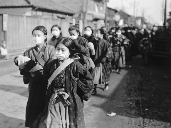 Des écolières japonaises portent des masques de protection pendant l'épidémie de grippe, 1950, South China Morning Post.