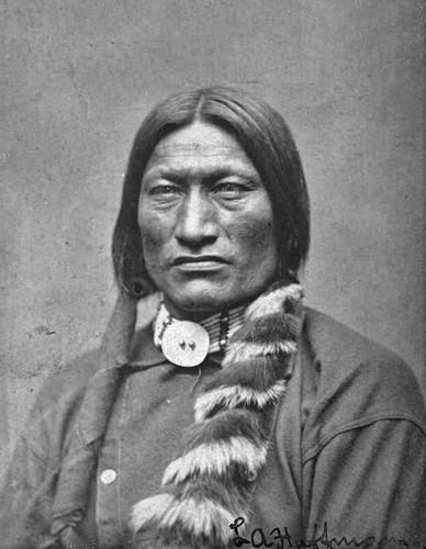 Portrait du chef Black Kettle. En agrandissement, chefs Arapaho et Cheyenne rencontrent l'armée américaine le 28 septembre 1864, à Camp Weld, Colorado. (Black Kettle se trouve assis, au centre).