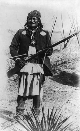 Portrait de Geronimo, Washington, Library of Congress. En agrandissement, le camp de Geronimo peu avant de se rendre au général Crook, le 27 mars 1886.