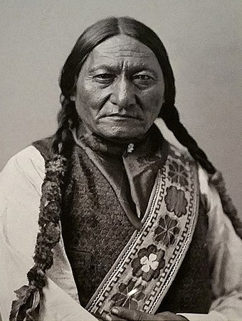 Le chef Lakota, Sitting Bull, photographié par William Notman. En agrandissement, photo supposée de Crazy Horse prise en 1877.