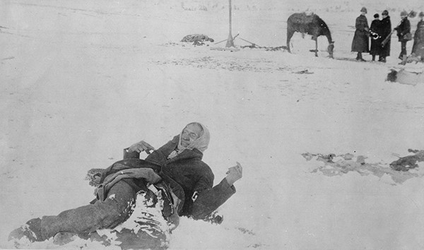 Big Foot, chef des Sioux, capturé lors de la bataille de Wounded Knee, pétrifié par le froid, 1890, Maryland, National Archives at College Park. En agrandissement, des soldats américains jettent les morts dans une fosse commune, Washington, Library of Congress.