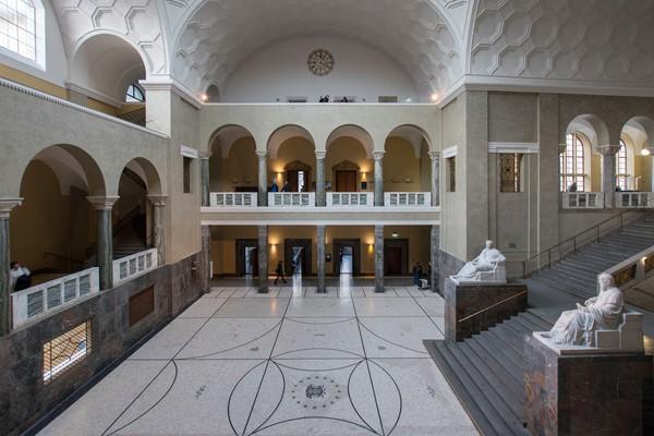 Le hall de l'université de Munich où furent arrêtés les jeunes résistants.