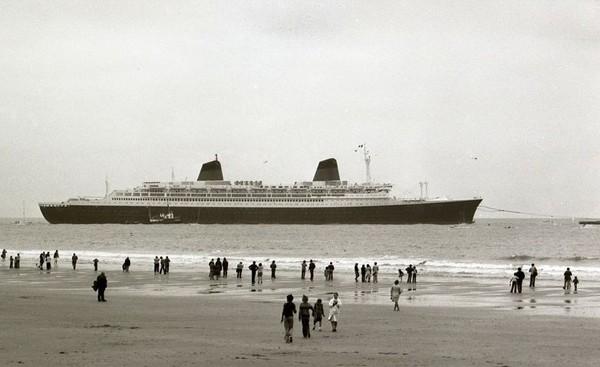 Ultime départ du France vu de la plage, le 18 août 1979. L'agrandissement montre l'ex France de retour au Havre sous le nom de Norway en 2006, @lehavrephoto, archives, DR.