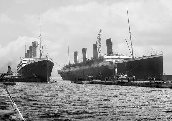 L'Olympic (à gauche) et le Titanic (à droite), 6 mars 1912.