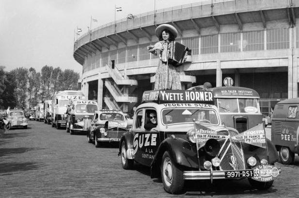 L'accordéoniste Yvette Horner promeut la liqueur Suze dans la caravane du Tour de France 1954