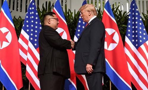 Poignée de mains entre Kim Jong Un et Donald Trump, le 12 juin 2018 à Singapour.
