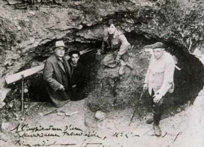 Léon Laval, Marcel Ravidat, Jacques Marsal et l'abbé Henri Breuil (28 février 1877, Mortain ; 14 août 1961, L'Ile Adam) devant l'entrée de la grotte de Lascaux