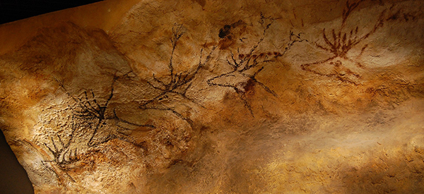 La frise des Cerfs nageant, dans la Nef, fac-similé au musée d'Aquitaine de Bordeaux.