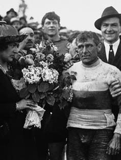 Eugène Christophe reçoit le maillot jaune à Grenoble en juillet 1919