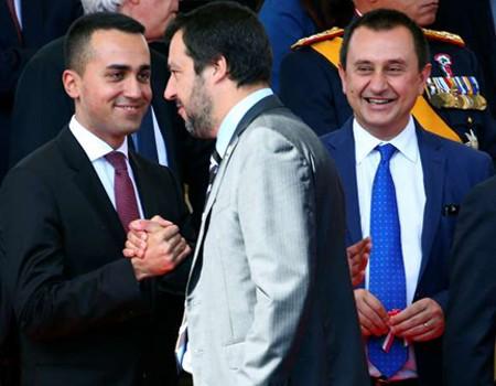 Luigi Di Maio (à gauche), sert la main du ministre de l'intérieur Matteo Salvini, lors de la Fête de la république, le 2 juin 2018 à Rome.