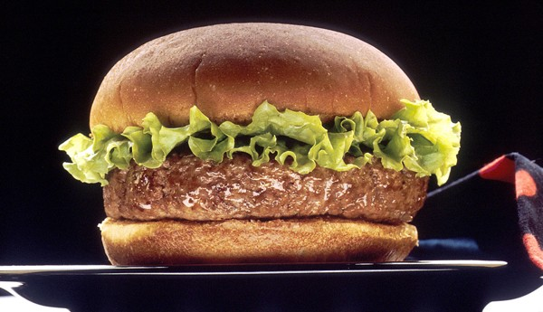 Photographie d'un hamburger publiée en 1990 par le National Cancer Institute (NCI) aux États-Unis. L'agrandissement montre une image publicitaire du Big Mac servi dans les restaurants McDonald's.