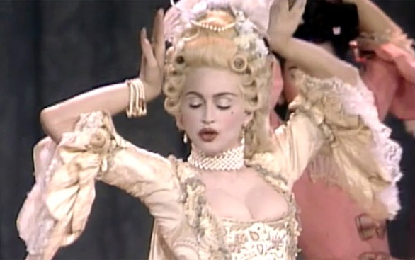Madonna grimée en Marie-Antoinette pour son interprétation de Vogue en 1990 au MTV  Video Music Awards. L'agrandissement montre Rihanna en 2017 dans une tenue de sa collection inspirée par Marie-Antoinette.